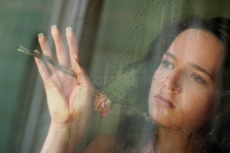 за стеклом девушки стоковая фотография rf