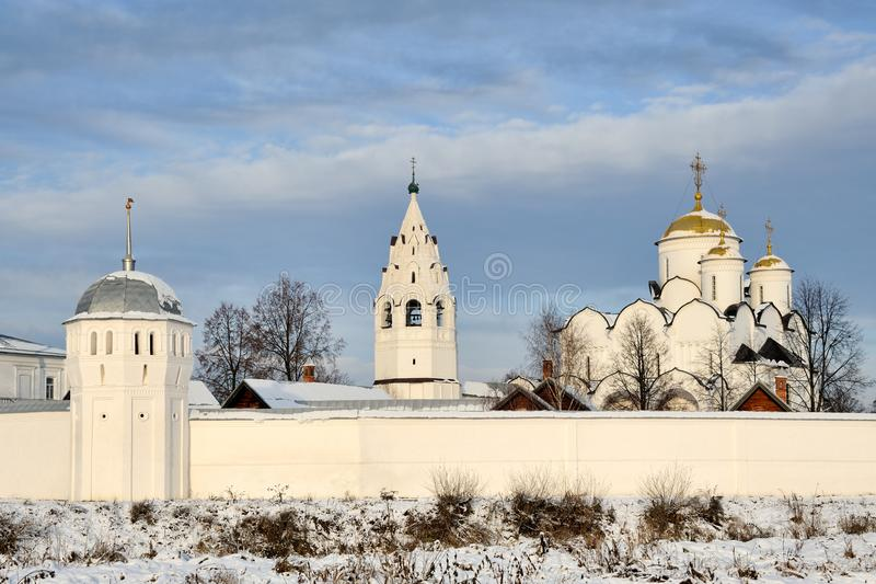 За стенами монастыря заступничества в сезоне зимы - Suzd стоковое фото rf