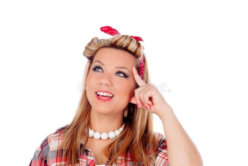 Задумчивая девушка с милой улыбкой в стиле pinup стоковое изображение