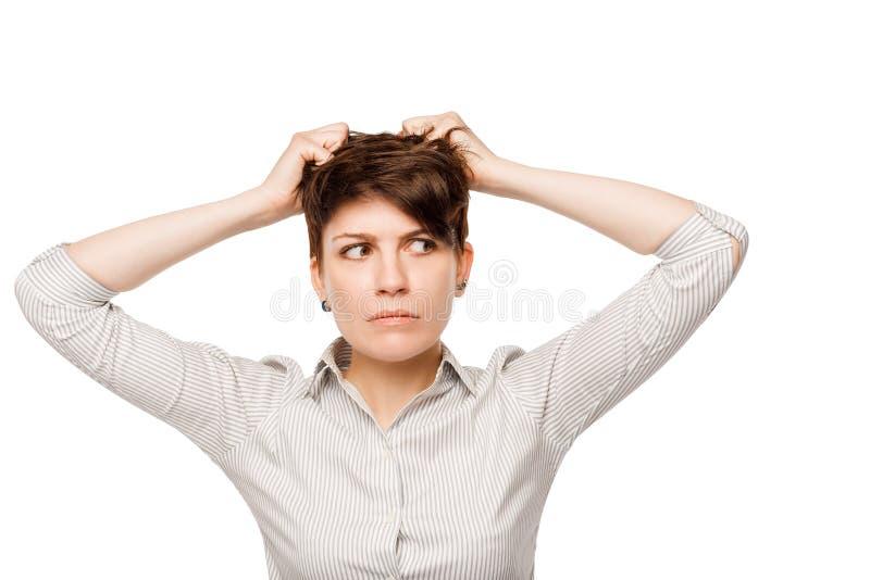 Задумчивая женщина с пуком проблем сжимала ее голову стоковые фотографии rf