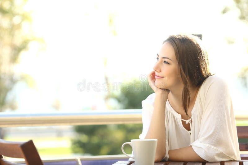 Задумчивая счастливая женщина вспоминая стоковые фотографии rf