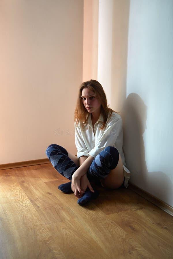 задумчивая унылая женщина стоковые фотографии rf