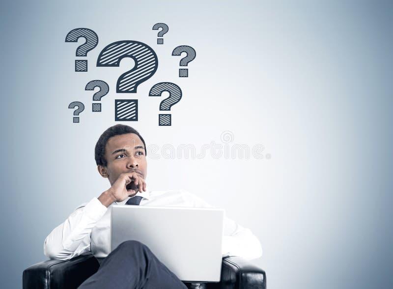 Задумчивый Афро-американский бизнесмен, вопросы стоковое изображение