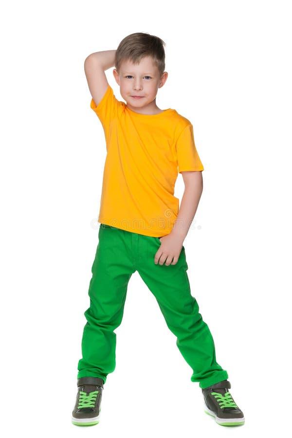 Задумчивый мальчик в желтой рубашке стоковые изображения rf