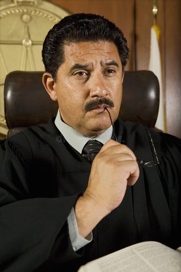 Задумчивый мужской судья стоковое изображение rf