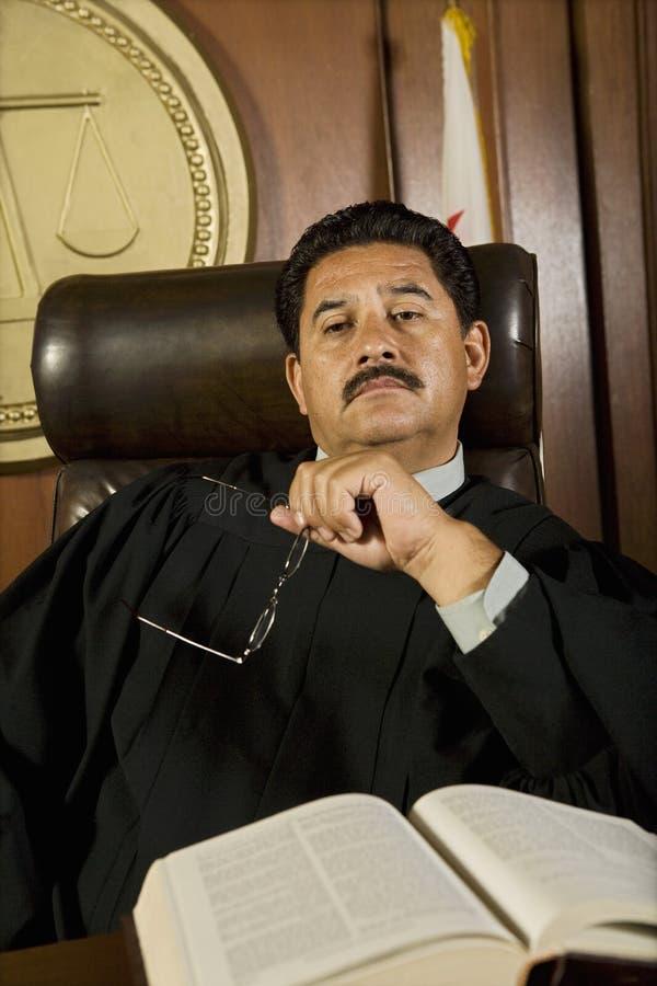 Задумчивый судья в суде стоковая фотография