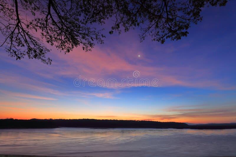 За час до восхода солнца на границе Меконга, Таиланда и Лаоса стоковая фотография rf