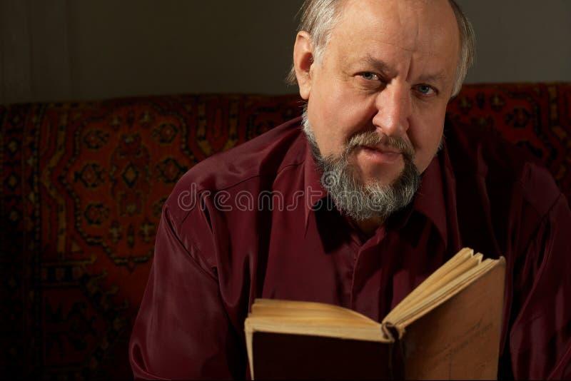 за чтением человека книги велемудрым стоковое фото