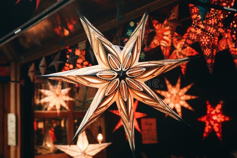 Звезда конца-вверх на продаже на рождественской ярмарке в Берлине, Германии стоковое фото