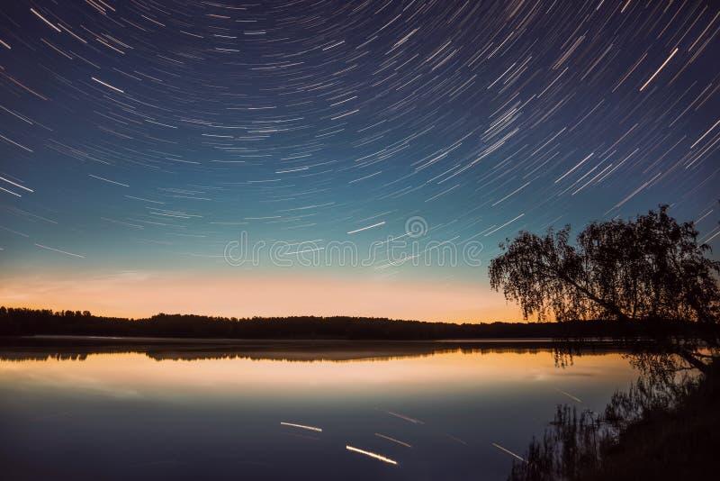 Звезда отслеживает отражение неба дерева озера стоковые фотографии rf
