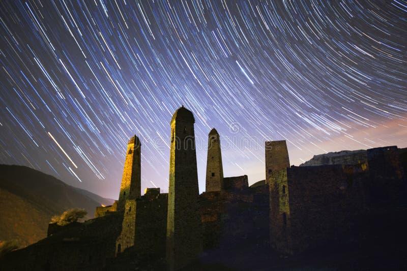 Звездное небо над комплексом башни Erzya стоковые фото