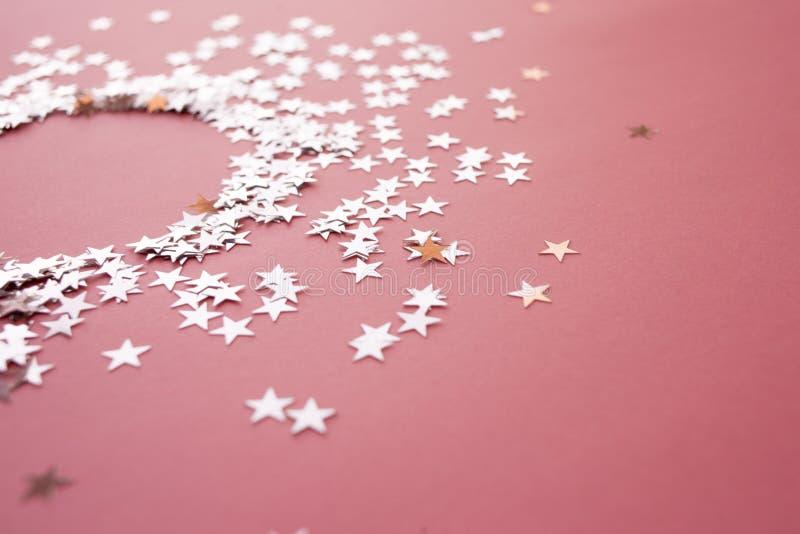 Звездообразный confetti разбросал на розовую предпосылку Торжество и партия, концепция r стоковые фотографии rf