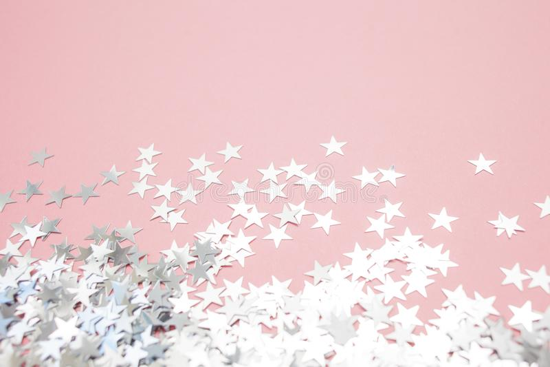 Звездообразный confetti разбросал на розовую предпосылку Торжество и партия, концепция r стоковое изображение rf