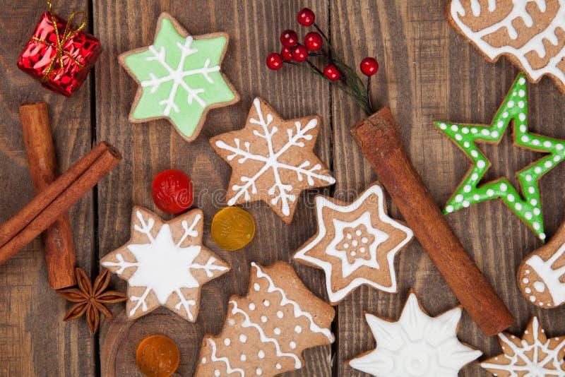 звезды абстрактной картины конструкции украшения рождества предпосылки темной красные белые Печенья имбиря и меда стоковое изображение