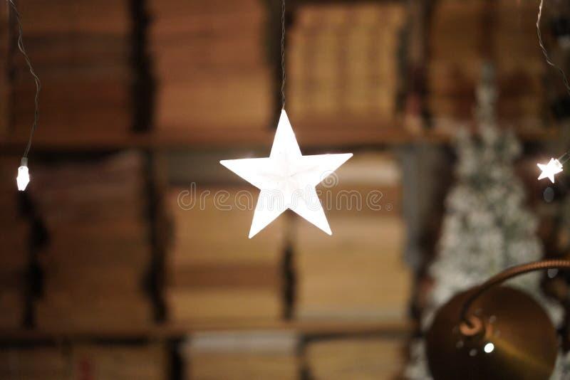 Звезды вися, полки белого света книг на заднем плане стоковые изображения rf