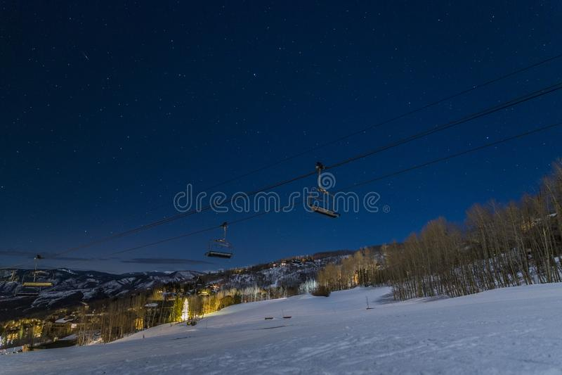 Звезды за подъемом лыжи в деревню Snowmass, CO, США стоковые изображения