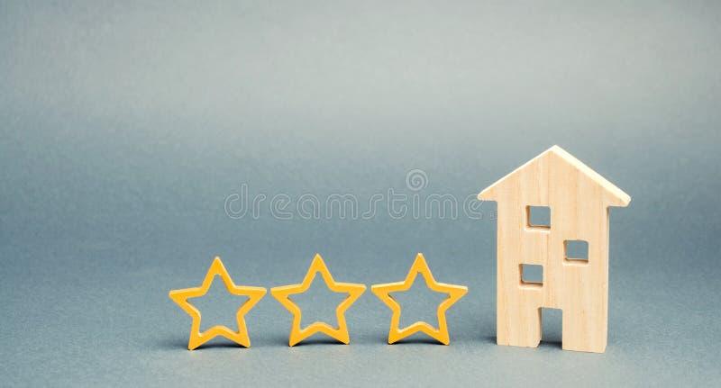 3 звезды и деревянного дом на серой предпосылке Оценка и состояние ресторана Престижность Высококачественный Оценка  стоковые фотографии rf