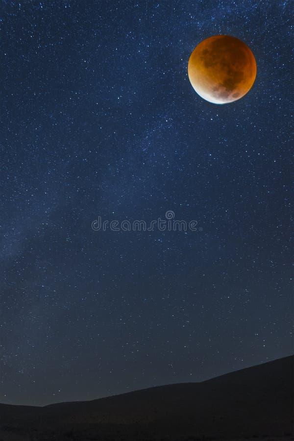 Звезды и кровопролитная луна стоковое фото rf