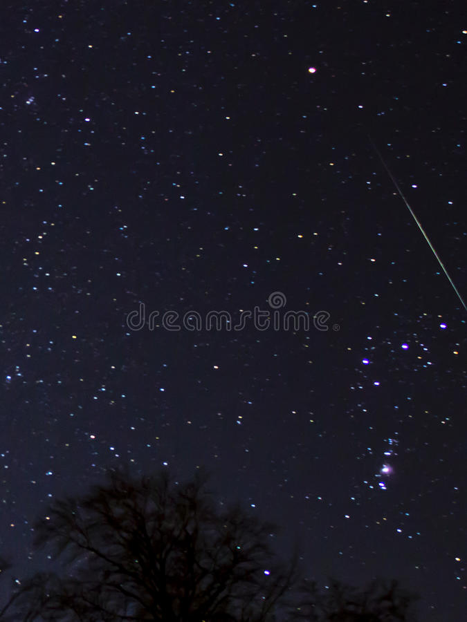Звезда стрельбы от метеорного потока ноября 2014 geminids стоковые фото