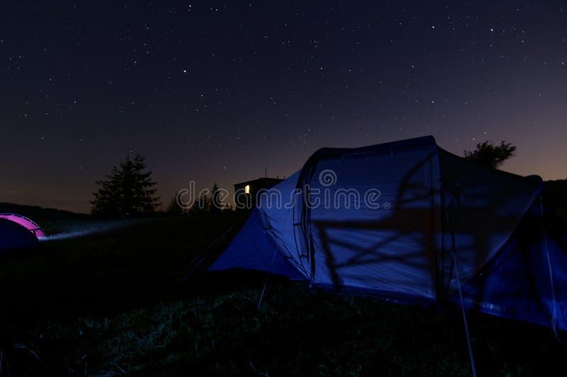 Звездная ночь под шатром na górze горы стоковые изображения