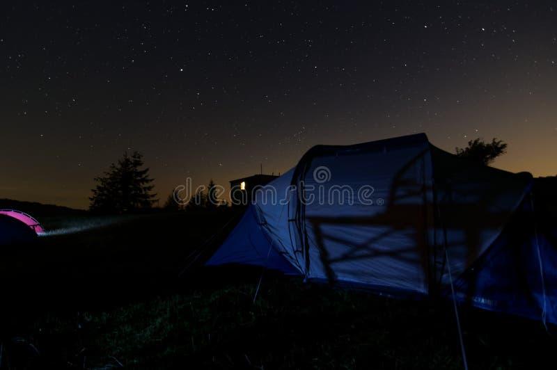 Звездная ночь под шатром na górze горы стоковая фотография rf