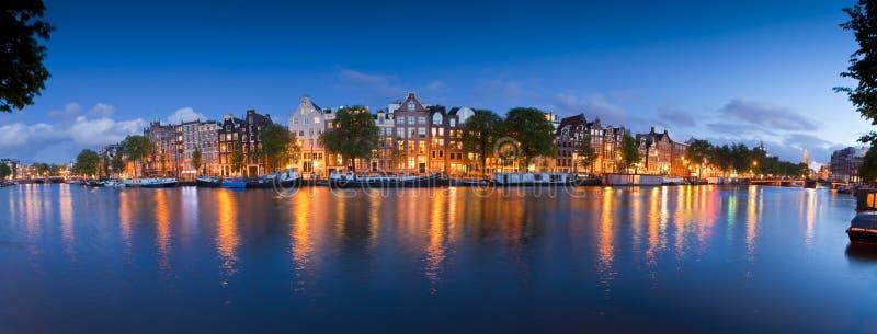 Звездная ночь, спокойная сцена канала, Амстердам, Голландия стоковые изображения rf