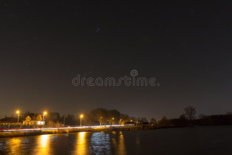 Звезды над тихим озером стоковые фото