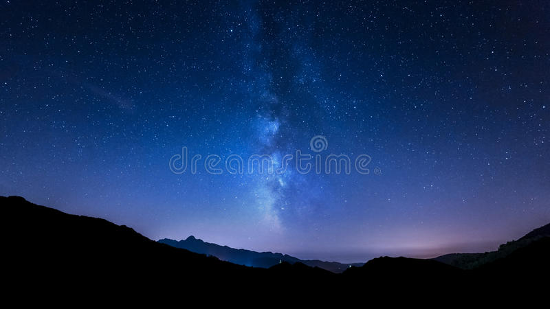 Звезды ночного неба Млечный путь Предпосылка горы стоковые фотографии rf