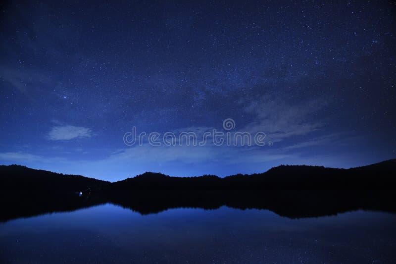 Звезды ночного неба с млечным путем на предпосылке горы стоковые изображения