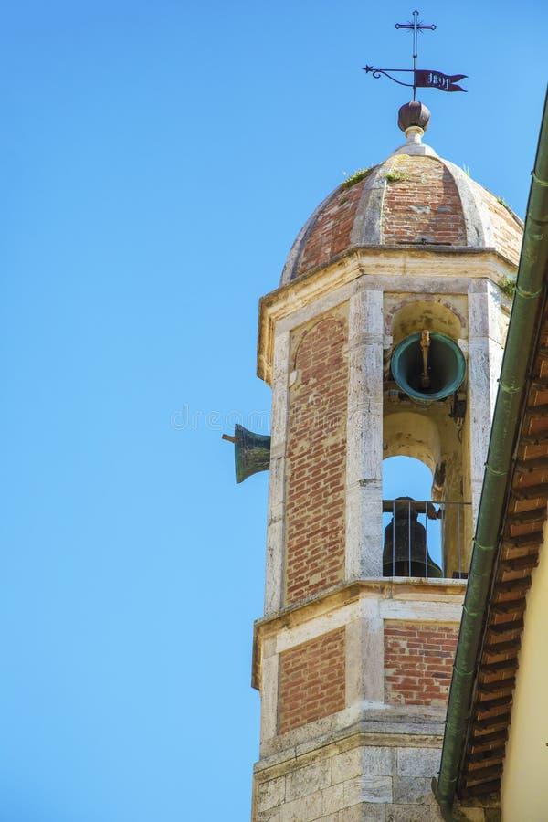 Звенеть колоколов в старой итальянской колокольне стоковое фото rf