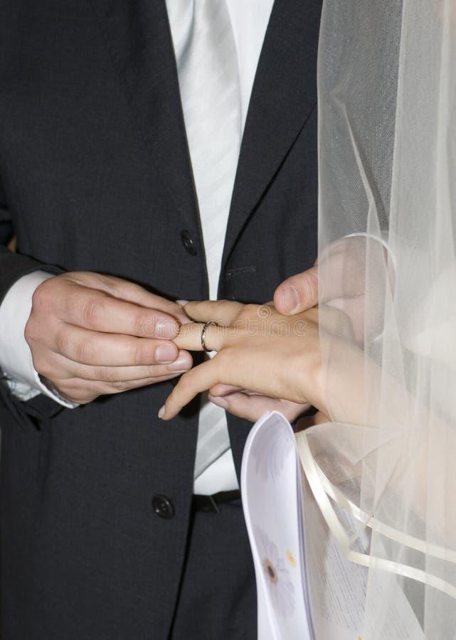 звенит ритуальное венчание стоковое изображение rf