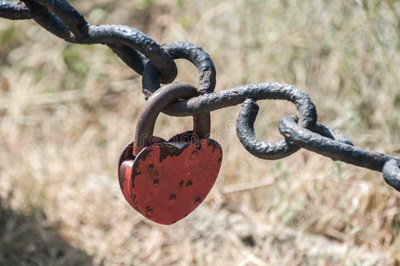 Звенья цепи и padlock утюга стоковая фотография rf