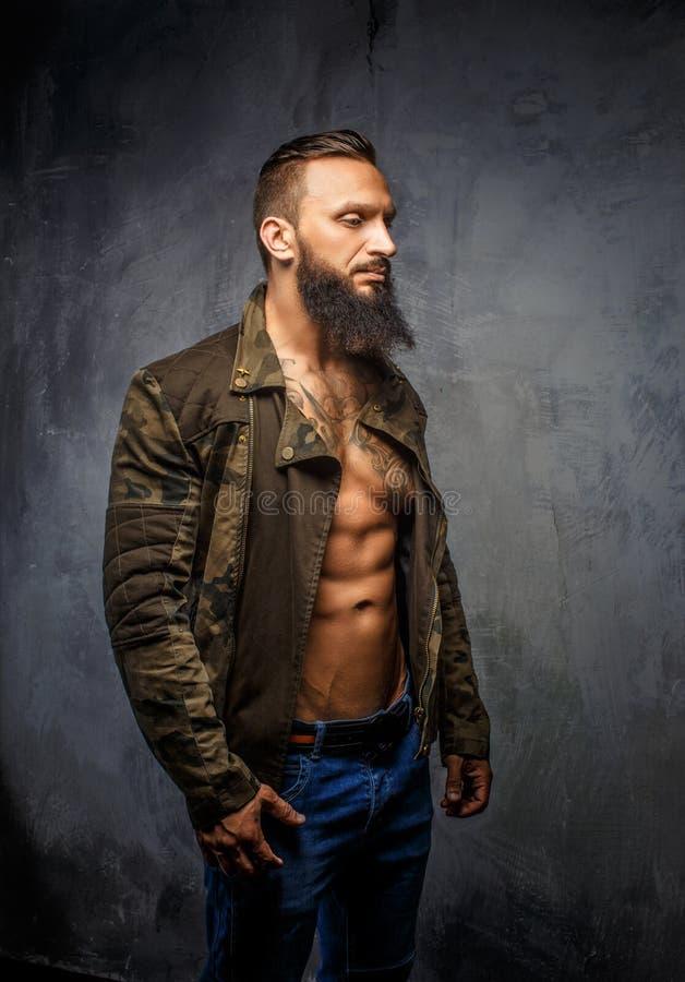 Зверский вскользь парень с бородой стоковое изображение rf