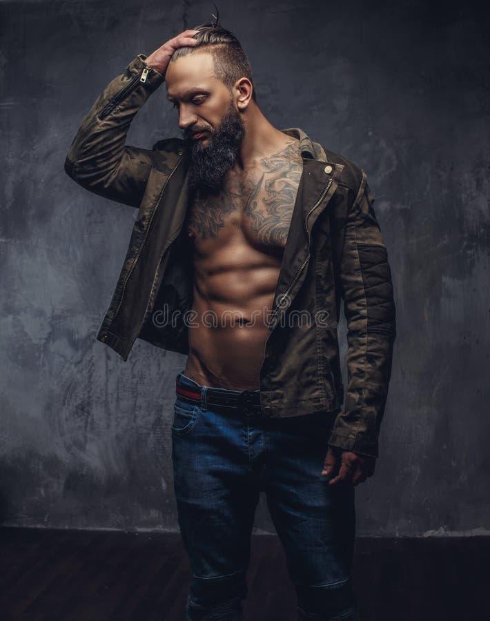Зверский вскользь парень с бородой стоковая фотография