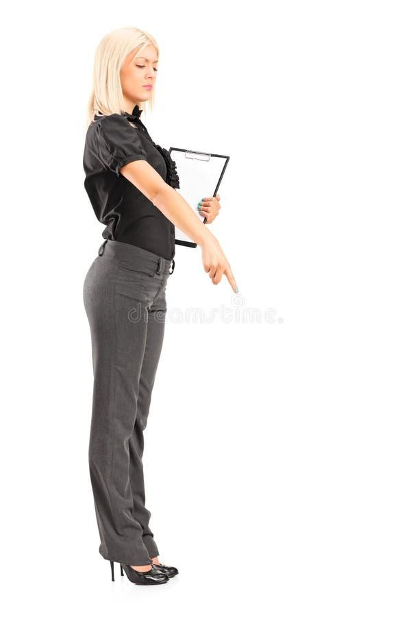 Зверский менеджер женщины gesturing с ее перстом стоковая фотография rf