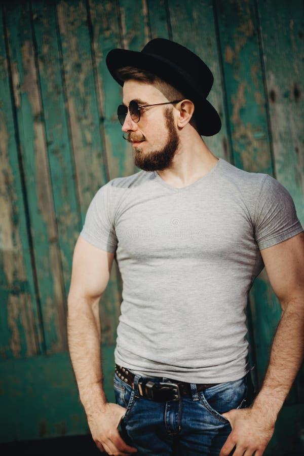 Зверский мышечный бородатый человек битника на grungy предпосылке стоковая фотография rf