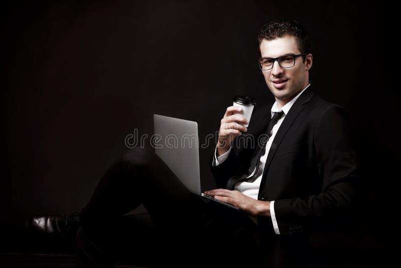 Зверский парень в черном костюме с кофе стоковое фото rf