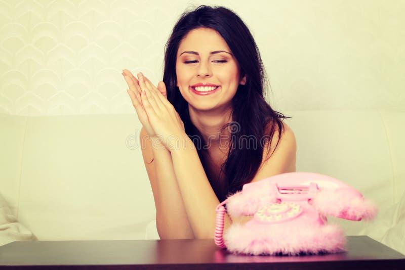 Звонок женщины ждать стоковые изображения