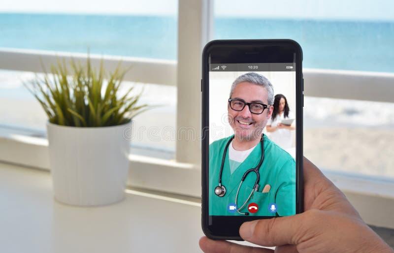 Звонок смартфона видео-, который нужно поговорить для того чтобы врачевать стоковое фото rf