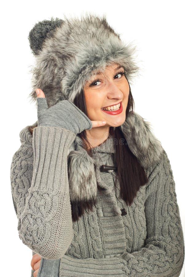 звонок gesturing я женщина зимы стоковые изображения rf