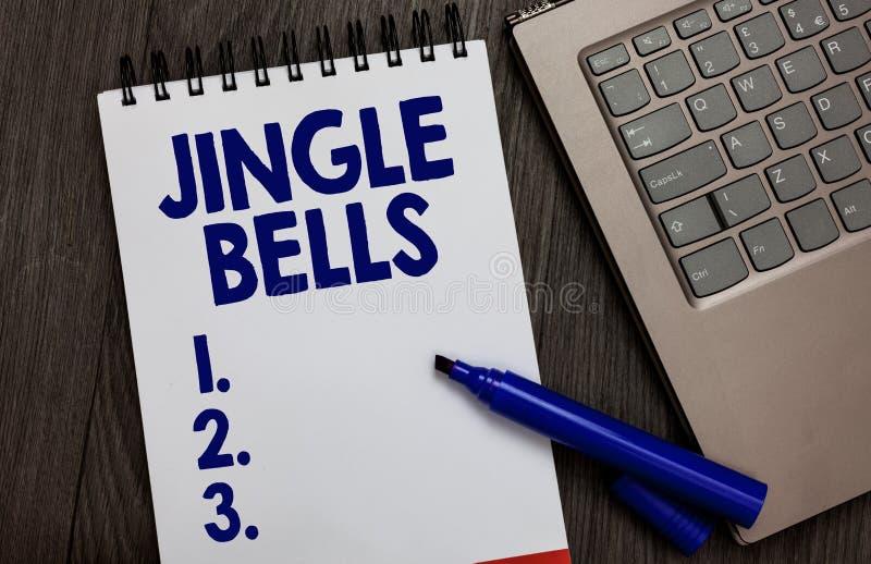 Звон колоколы текста почерка Концепция знача большинств страницу известной традиционной тетради песни рождества во всем мире откр стоковые фото