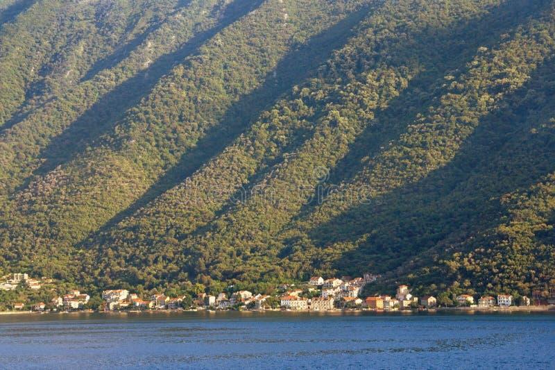 Звукомерная текстура крутого наклона горы, загоренная по солнцу стоковые фото
