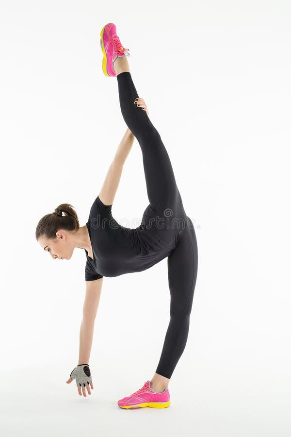 Звукомерный гимнаст делая тренировку в студии стоковое изображение rf