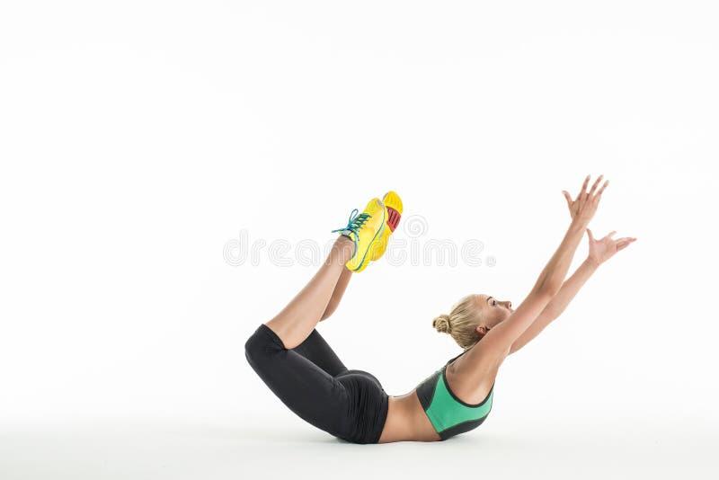 Звукомерный гимнаст делая тренировку в студии стоковая фотография rf