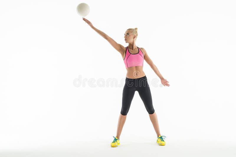 Звукомерный гимнаст делая тренировку с шариком внутри стоковые изображения