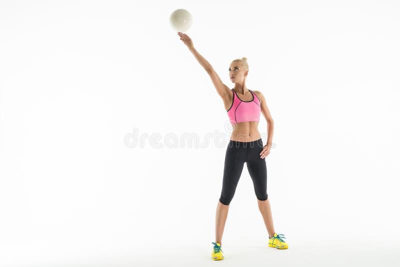 Звукомерный гимнаст делая тренировку с шариком внутри стоковые изображения rf