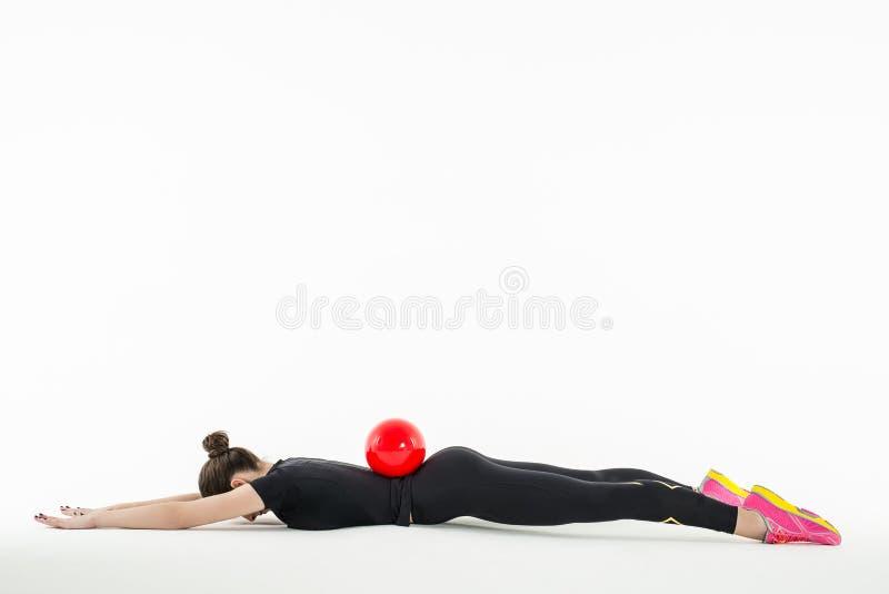 Звукомерный гимнаст делая тренировку с шариком внутри стоковые фотографии rf