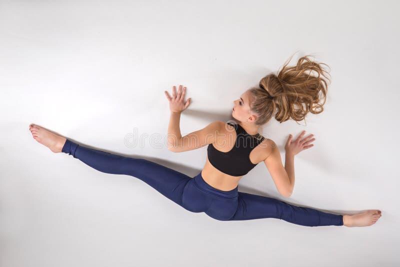 Звукомерный гимнаст делая тренировку стоковая фотография rf