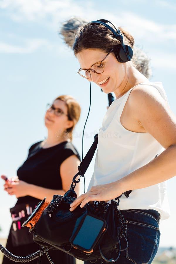 Звукооператор с микрофоном на видео- наборе продукции стоковая фотография
