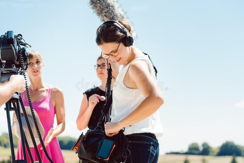 Звукооператор с микрофоном на видео- наборе продукции стоковые изображения rf